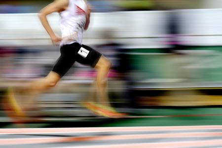 Runner loopt een race op het goede spoor met estafettelawaai voor teamscorewedstrijd Stockfoto