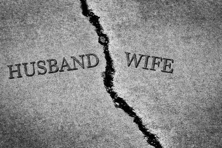 Antigua acera agrietada cemento roto y peligroso marido y mujer