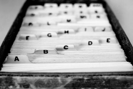 Karteikarten für die Organisationsnamen und das Alphabet der Heimbibliothek von Business School