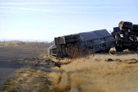 Autowrack eines Sattelschleppers überrollte Absturz stürzte zerstörten Überschlag ab
