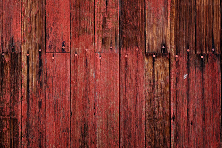 Stara czerwona stodoła na polu późną jesienią lub jesienią brązowa trawa wyblakły drewno