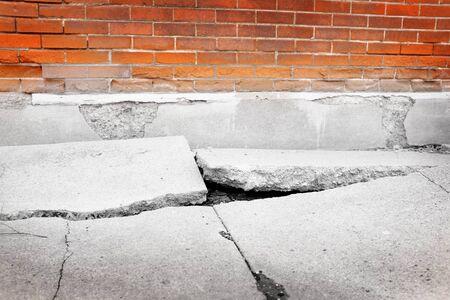 Gebrochener Bürgersteig Betonriss gefährlich geknackt