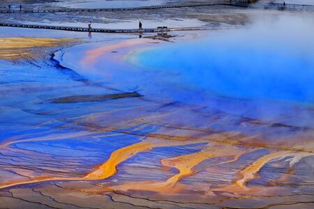 Grand Prismatice Spring in Yellowstone National Park with tourists viewing the spectacular natural scene 免版税图像
