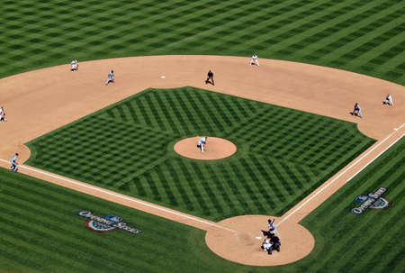 campo de beisbol: Pelotas de b�isbol m�s emocionante juego, parte inferior de las bases novena cargadas de 2010 AL Rookie of the Year Andrew Bailey, Oakland Athletics produce un tono como corredores est�n en movimiento. Coliseo de Oakland, California, 9 de abril de 2010
