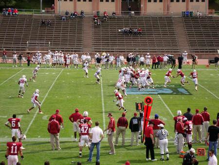 hands off: Mariscal de campo manos frente a la espalda de ejecuci�n durante el juego de pr�ctica de 2010 de Stanfords. Adoptada el 17 de abril de 2010 en Kezar Stadium en San Francisco California