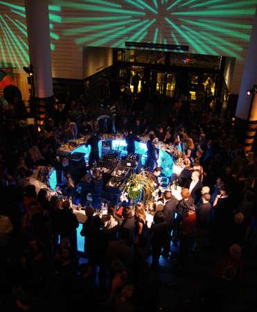 SFMOMA 75 주년 기념 파티 동안 사람들과 함께하는 가운데 바. 2010 년 샌프란시스코 MOMA에서 열린 Jaunuray 15
