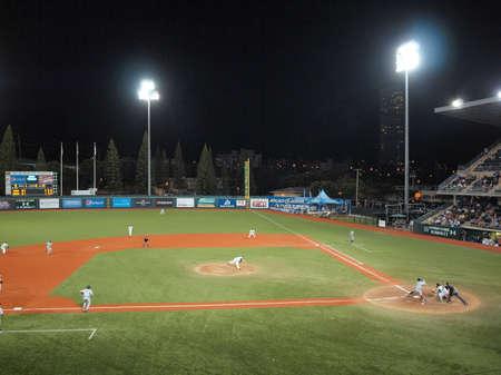 minors: Vs Nevada de b�isbol de la Universidad de Hawai: UH pitcher arroja un lanzamiento el 30 de abril de 2010 les murakami estadio Manoa Hawaii