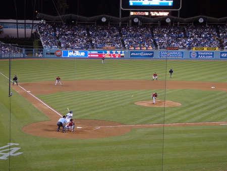 jetblue: Dodgers vs Astros: Dodger Jamey Carroll in attesa di passi dal lanciatore Astros Brian Moehler. Presa al Dodger Stadium di Los Angeles, California il 18 maggio 2010.