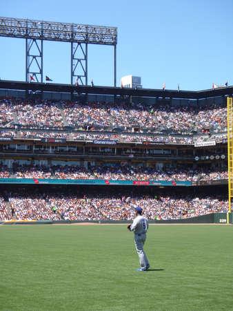 baseball dugout: Dodger frente a los gigantes: Dodger outfielder Garret Anderson se encuentra en el outfield en Parque ATT entre obras de teatro. Tomado de secci�n libre bajo campo derecho el 31 de julio de 2010 Att Park en San Francisco.  Editorial