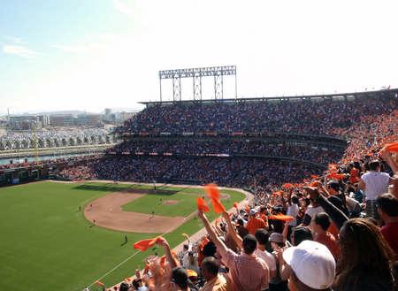 delito: Los padres frente a los gigantes: fans de onda naranjas toallas para celebrar el �xito en la ofensiva de los gigantes.  lugar el 2 de octubre de 2010 a Parque de Att en San Francisco California.