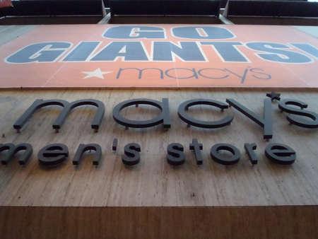 macys: SAN FRANCISCO, CA - 2 novembre: Go Giants Sign appeso su Store maschile Macy per onorare i Playoff Giants eseguire 2 novembre 2010 Union Square San Francisco, CA.