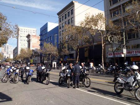 moto da cross: SAN FRANCISCO, CA - 3 novembre: Polizia uffici appendere fuori sulla strada del mercato sulla bici della sporcizia mantenere la pace dopo la parata di giganti World Series 3 novembre 2010 San Francisco, CA. Editoriali