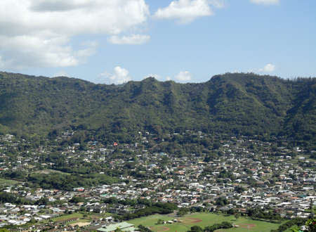 Manoa Valley on the Island of Oahu.  Featuring Baseball fields, houses, school and graveyard. Imagens - 8538631
