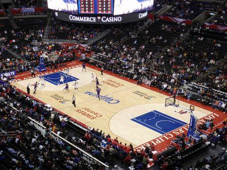 spectators: LOS ANGELES, el 25 de noviembre: Clippers vs Reyes: regates de jugador de Reyes bola pasado jugador de los Clippers en Staples Center tomado noviembre 25 de Los �ngeles.