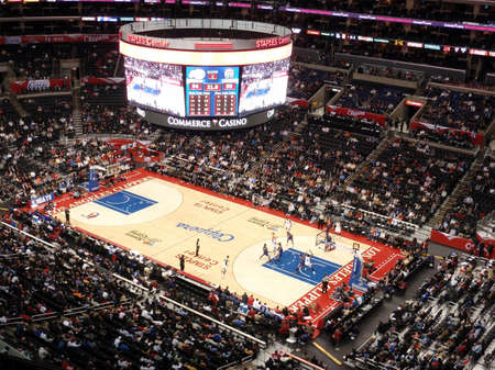 LOS ANGELES, NOVEMBER 25: Clippers vs. Kings: Clippers Blake Griffin holds ball up looking for someone to pass to as other play try to get open at Staples Center taken November 25 2010 Los Angeles California. 新聞圖片