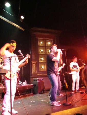 バンド撮影 2010 年 4 月 11 日ブロードウェイ スタジオ San Francisco でステージ上の音楽を再生すると、マイクに強いような雄牛のサンフランシスコ - 4