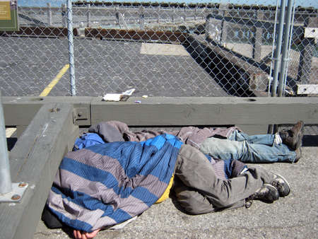 2 つのホームレスの人々 は、San Francisco フィッシャーマンズ ・ ワーフ歩道撮影 2010 年 9 月 10 日の昼に毛布にくるまって寝て San Francisco、CA。 報道画像