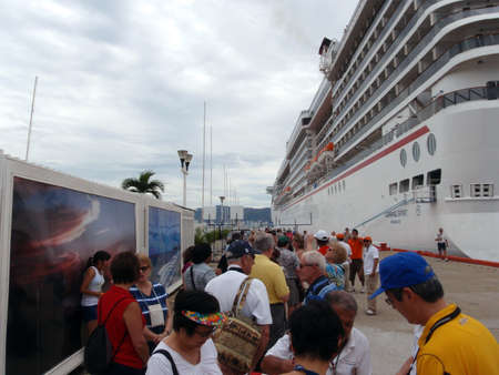 cruiseship: ACAPULCO, MEXICO - JANUARY 9: People Lining up to take a Cruiseship tour outside of the Carnival Spirit.  Taken January 9, 2010 in Acapulco, Mexico. Editorial
