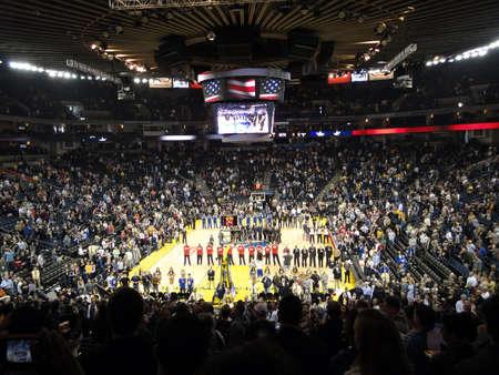 オークランド、カリフォルニア州 - 1 月 17 日: ネット対戦士: バスケット ボール選手とオークランドのファン立つ帽子国歌斉唱時に削除されます。201 報道画像