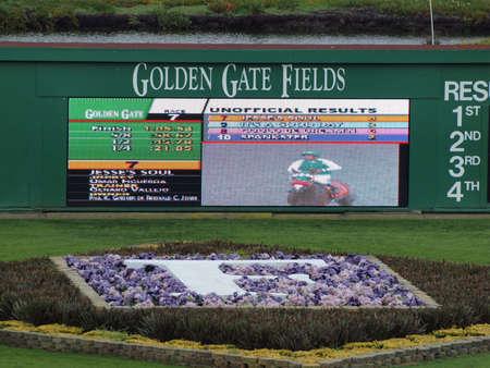 racehorses: ALBANY, CA - 29 januari: Golden Gate velden digitale Scoreboad displays resultaten en winnende racer op Golden Gate velden genomen, 29 januari 2011 Albany, Californië.