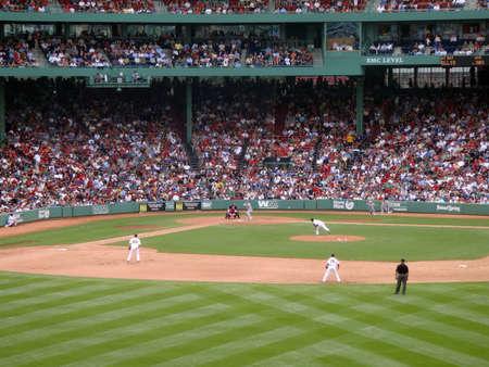 gradas estadio: BOSTON - el 2 de junio: Red Sox vs atletismo: Oakland atl�ticos Mark Ellis mira tono entrante. tomado de las gradas el 2 de junio de 2010 Fenway Park Boston, Massachusetts.