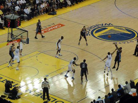 point and shoot: OAKLAND, CA - el 11 de marzo: Magic vs guerreros: Magic jugador Gilbert Arenas toma el rodaje de 3 puntos con Acie Law tratando de bloquear el rodaje en el Oracle Arena adoptado el 11 de marzo de 2011 Oakland California. Editorial