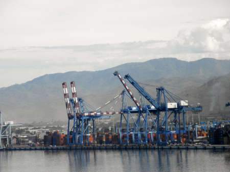 MANZANILLO, MEXICO - JANUARY 11: Shipping Cargo Cranes along the shore of Manzanillo, Mexico. January 11, 2010  Manzanillo, Mexico.  新聞圖片