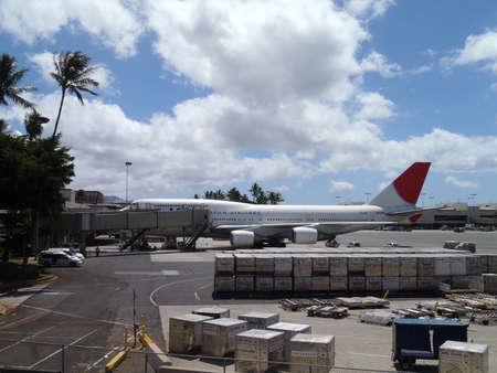HONOLULU, HI - 3 septembre: Les grands avions de JAL s'asseoir à l'aéroport international de Honolulu qui attend de charger avec les passagers pour leur prochain vol. 3 septembre 2010 à Honolulu, Hawaï.