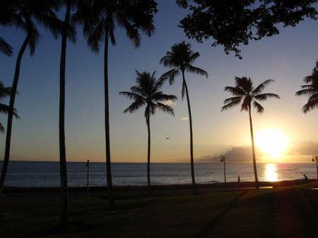 ワイド オープン太平洋に沿ってホノルルの Kakakoo 公園の夕日。 写真素材