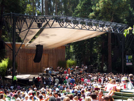 SAN FRANCISCO - AUGUST 22: 73rd Stern Grove Festival: Rogue Wave preforms during the opening act to a large crowd at outdoor concert. August 22, 2010 in San Francisco CA.  Editoriali
