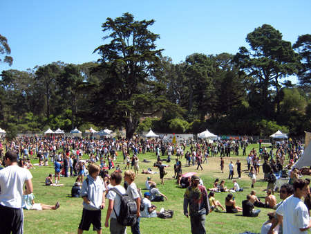 SAN FRANCISCO - SEPTEMBER 11: People gather and check out booths at Power to the Peaceful 2010 Music Festival. September 11, 2010 at Golden Gate Park San Francisco.  版權商用圖片 - 10435333