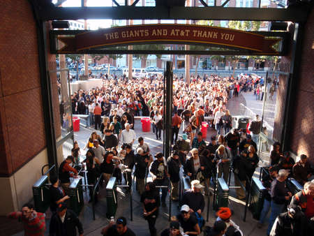 SAN FRANCISCO - SEPTEMBER 18: Large Crowd of People entering AT&T Park on September 18 2011 at Att Park in San Francisco California. 新聞圖片
