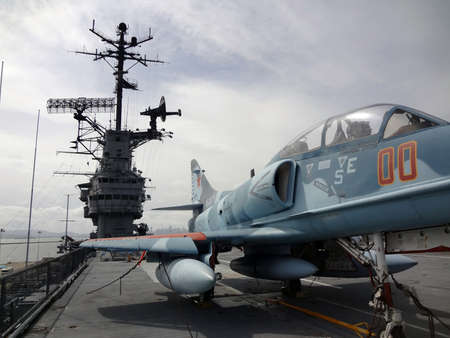 ALAMEDA, CA - APRIL 21: Blue Navy Plane on the deck of the legendary WWII USS Hornet aircraft carrier and participated in the Apollo Missions Apri 21 2011 Alameda, CA.  新聞圖片