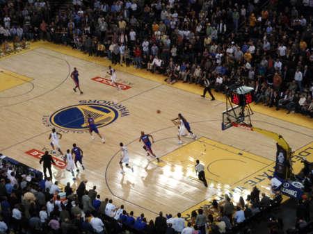 pistones: OAKLAND - 15 de noviembre: Golden Stae jugador Warriors Hacer un pase durante un contraataque contra los Pistons en el Oracle Arena en Oakland, California el 15 de noviembre de 2010.