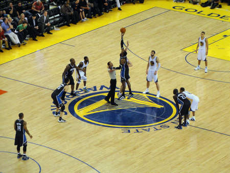 OAKLAND, Californie - 11 mars: Magic vs Warriors: Jump Ball match d'ouverture entre Magics Dwight Howard et David Lee guerriers � Oracle Arena prises Mars 11, 2011 Oakland en Californie.