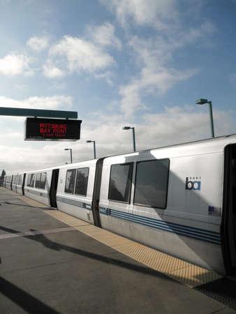 オークランド-7 月 7 日: カリフォルニア州オークランドの 7,2010 7 月ピッツバーグ湾ポイントに向かう西オークランド駅に BART 列車。