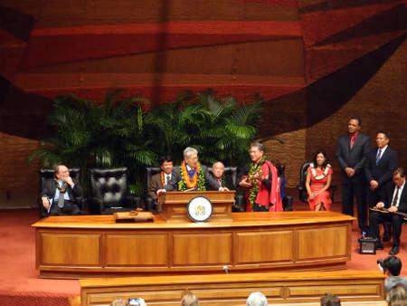 HONOLULU, HI - 14 JANVIER: L'ancien sénateur américain Daniel Akaka chante comme il accepte le prix est devenu le premier récipiendaire de l'Ordre Aloha du mérite de partir de la législature de l'État d'Hawaï et le gouverneur Neil Abercrombie qui l'entourent sur scène. Le 14 janvier