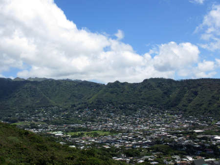 Manoa Valley on the Island of Oahu. Featuring Baseball fields, houses, school and graveyard. Imagens - 20099226
