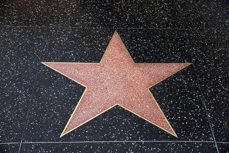 estrellas cinco puntas: LOS ANGELES - 23 de enero: Un blanco estrella en Hollywood Paseo de la Fama el 23 de enero de 2014 en Los Angeles, CA. Hay m�s de 2.400 estrellas de cinco puntas que atraen a unos 10 millones de visitantes al a�o