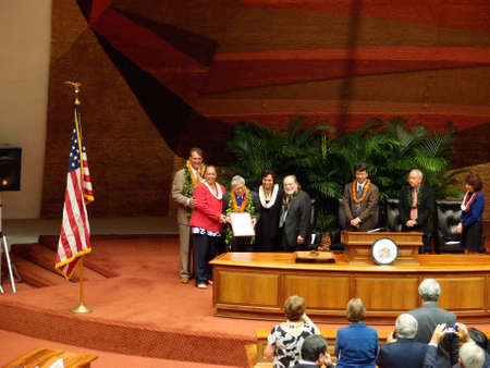 leis: HONOLULU, HI - 14 gennaio: L'ex senatore americano Daniel Akaka detiene il premio onore la sua vita al servizio dello stato delle Hawaii con il governatore Neil Abercrombie e altri lo circondano sul palco mentre tutti indossano collane. 14 Gennaio 2013 presso la State Capitol in Hon