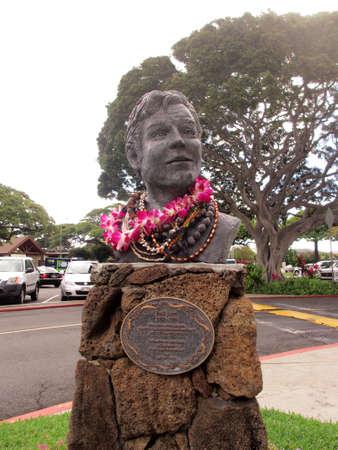 leis: Honolulu, Oahu - 10 febbraio: Jack Lord Statua coperti di ghirlande a Kahala Mall. Artista, attore e filantropo, protagonista della leggendaria serie poliziesca Hawaii Five-0 su CBS-TV 1968-1980. Da artista Lynn Weller Liverton.
