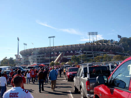 SAN FRANCISCO, CA - NOVEMBER 14:  People walk through Candlestick Parking lot to the stadium before the start of 49ers game at Candlestick Stadium on Sunday November 14 2010 in San Francisco California. Imagens - 28691024