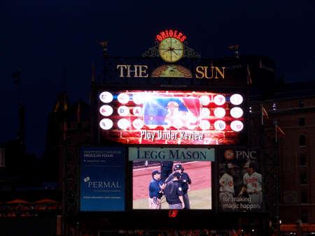 볼티모어, 메릴랜드 -6 월 11 일 : Baseball scoreboard duing 인스턴트 재생 '플레이 검토 중'볼티모어, 메릴랜드에서 2014 년 6 월 11 일 오리올스 대 레드