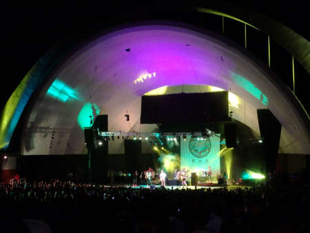 soja: Waikiki, Oahu - 30 agosto: marmellate SOJA sul palco durante concerto al Waikiki Shell prese 30 agosto 2014 Waikiki, Hawaii. Editoriali