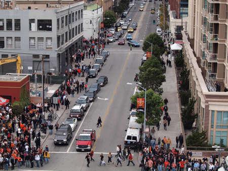 SAN FRANCISCO, CA - 28 października: Widok z lotu ptaka tłum ludzi wzdłuż chodnika w kierunku World Series 2 gry World Series 2010 między Giants i Rangers w Second Street zmotoryzowanych 28 październik 2010 AT & T Park San Francisco, CA. Publikacyjne
