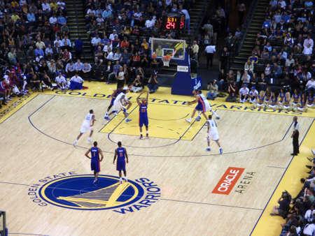 pistones: OAKLAND - 15 de noviembre: Pistons 31 tiros Charlie Villanueva tiros libres rodaje en el Oracle Arena en Oakland, California el 15 de noviembre de 2010.
