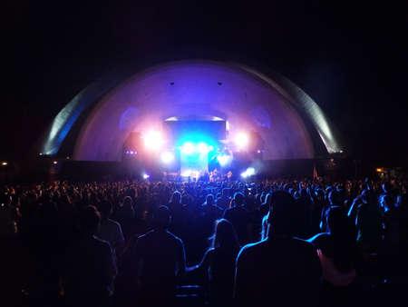soja: Waikiki, Oahu - 30 agosto: La gente guarda SOJA come marmellate sul palco durante il concerto al Waikiki Shell preso 30 agosto 2014 Waikiki, Hawaii.