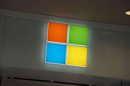 HONOLULU - AUGUST 7, 2014: Microsoft Windows Store Logo in Honolulu at the Ala Moana Center whos technology is in most modern computers on August 7, 2014. 新聞圖片