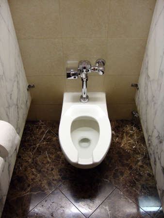 Interieur toilet in graniet kraam met elektronische flush en wc-papier. Stockfoto