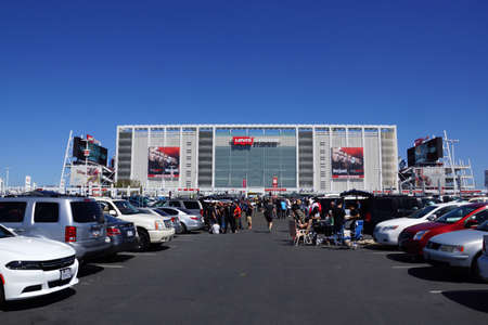 SANTA CLARA - MARCH 29: People tailgate in parking lot before the start of the showcase of the immortals, Wrestlemania 31, at the Levis Stadium in Santa Clara, California on March 29, 2015. 新聞圖片